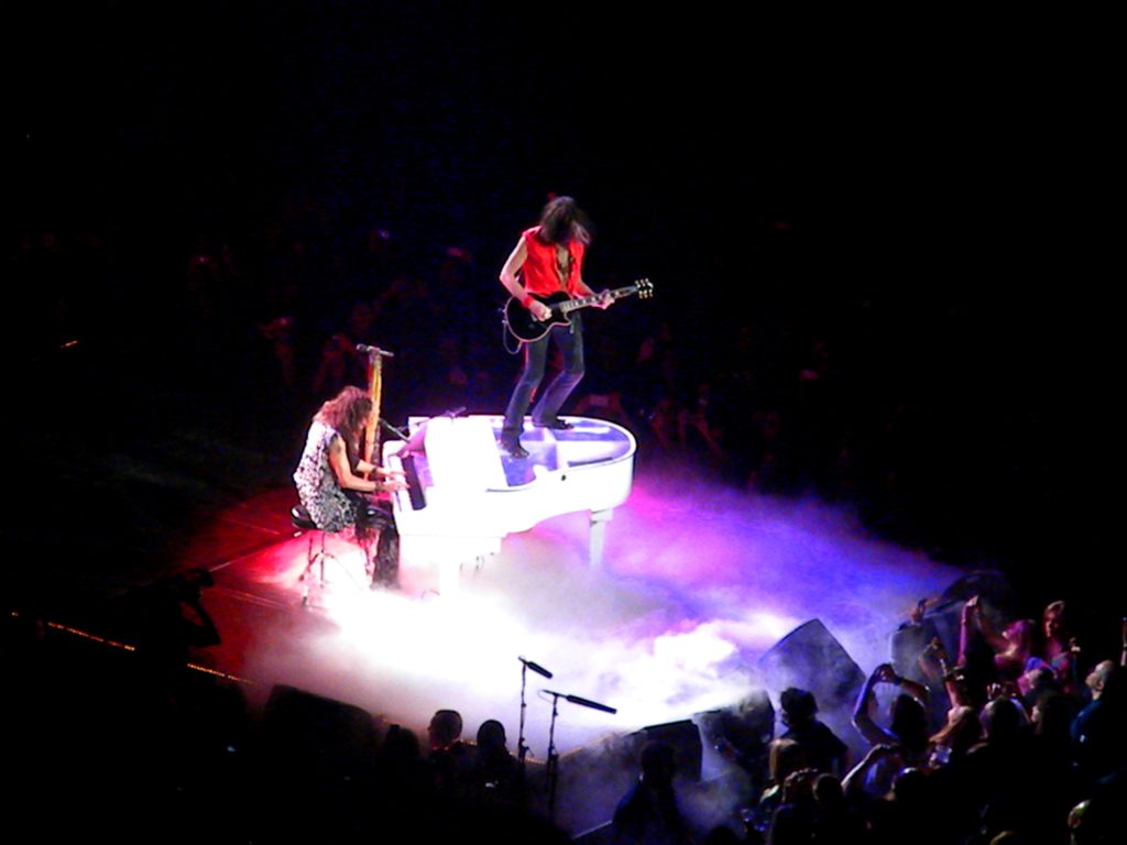"""Steven Tyler and Joe Perry playing """"Dream On"""" at Madison Square Garden"""
